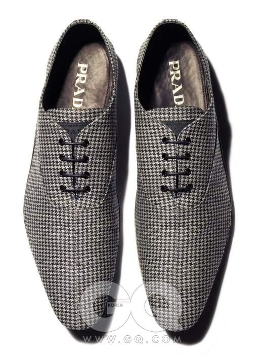 Pattern 하운드투스 패턴의 날씬한 구두 가격 미정, 프라다.