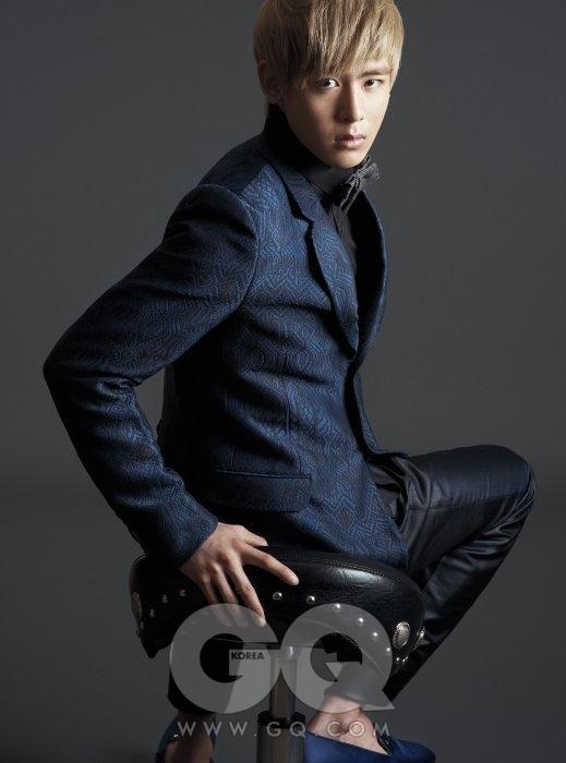 의상 협찬/ 푸른색 수트는 구찌, 검정색 셔츠는 Juun. J, 새틴 구두는 체사페 파조티, 보타이는 스타일리스트 소장품