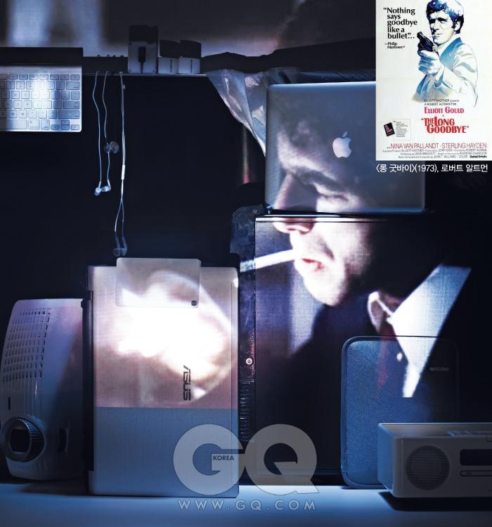 필립 말로우(사립탐정 2) : 엘리어트 굴드 (1973), 로버트 알트먼맨 뒤에 놓인 TV는 브라비아 40NX700, 2백만원대 초반, 소니. TV 위 제일 왼쪽은 와이어리스 키보드, 8만원대, 애플. 옆의 흰색 이어폰은 EXS X10, 5만5천원, 우성전자. 유닛이 투명한 이어폰은 뉴 UM1, 18만원, 웨스톤 랩스 by 이어폰샵. 흰색 마이크 이어폰은 2만원대 중반, 애플. 오른쪽은 큐브 멀티 카드리더기, 7천원대, 이노베이션 티뮤. 나란히 놓인 지우개 2개는 526 004, 개당 9백원, 스테들러. 바닥 왼쪽의 DLP 프로젝터는 ES523ST, 90만원대 중반, 옵토마. 오른쪽 노트북은 UL50VT 실버, 1백만원대 초반, 아수스. 노트북에 얹은 전자사전은 딕플 D1000, 30만원대 초반(8GB), 아이리버. 검은색 컴퓨터 케이스는 바하 VX, 10만원대 중반, 써멀테이크 by 피에스코. 케이스 위 노트북은 맥북 에어, 2백만원대, 애플. 컴퓨터 앞 아이패드 케이스는 네오프렌 슬립 슬리브 플러스 그레이, 5만7천원, 인케이스. 바로 앞의 오디오는 TSX-130, 50만원대 중반, 야마하.