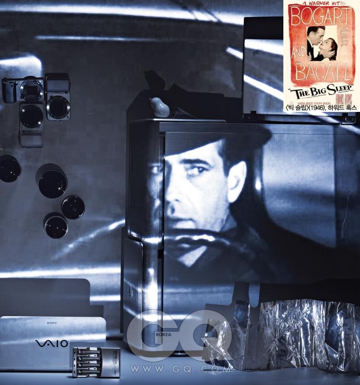 필립 말로우(사립탐정 3) : 험프리 보가트 (1946), 하워드 혹스왼쪽 창의 카메라 중 위 2개는 넥스 5, 80만원대 후반(16mm 렌즈 포함), 소니. 제일 아래는 넥스 3, 70만원대 초반(16mm 렌즈 포함), 소니. 아래쪽의 알이 작은 렌즈 3개는 넥스 전용 16mm 단렌즈, 30만원대 중반, 소니. 알이 큰 렌즈는 18~55mm 줌렌즈, 30만원대 후반, 소니. 바닥의 소형 노트북은 바이오 P시리즈, 1백30만원대, 소니. 바로 앞 은색 충전기는 마하 4.0N, 1만6천원, 다내테크. 커다란 컴퓨터 케이스는 ATCS840 실버, 39만원, 쿨러마스터. 케이스 앞 윈드호일은 2만3천원, 옵티머스 by 안나푸르나. 케이스 위 새 모양 양면 테이프는 스윙버드, 9천원, 미도리. 오른쪽 흰색 노트북은 씽크패드 X100e, 50만대 후반, 레노버.