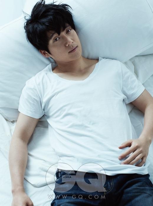 흰색 티셔츠는 스타일리스트 소장품, 청바지는 T.I 포맨