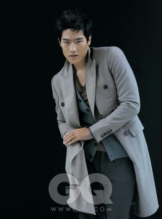 Grey 회색 더블 브레스티드 코트와 브이넥 니트, 카디건, 날씬한 팬츠 가격 미정, 모두 구찌.