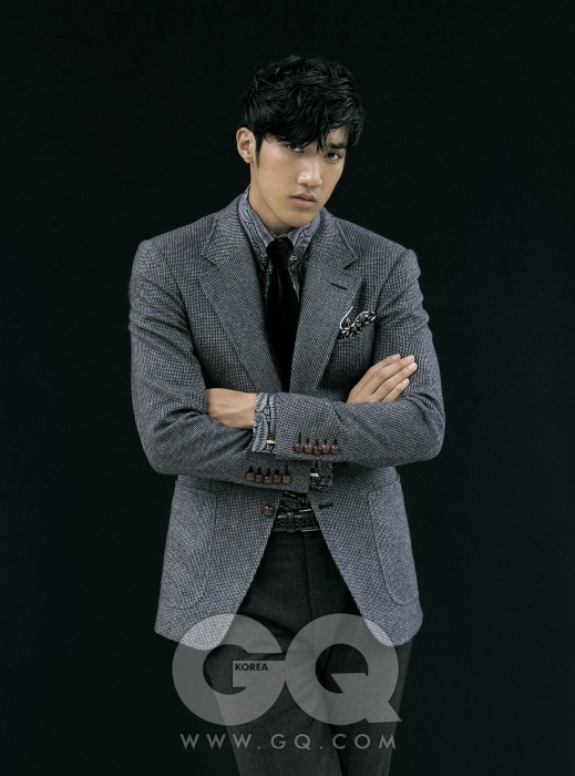 Graceful Suit  재킷과 진한 밤색 캐시미어 팬츠, 셔츠와 벨벳 타이, 포켓치프와 커프링크스, 칼라핀 가격 미정, 모두 톰 포드.