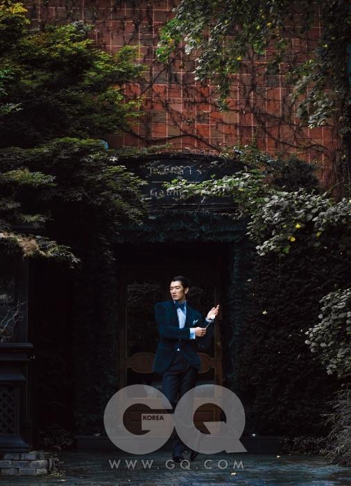 녹색 벨벳 턱시도 재킷, 검정 팬츠, 하늘색 셔츠, 보타이, 포켓치프, 에나멜 오페라 펌프스, 골드 스터드와 커프링크스 가격 미정, 모두 톰 포드. 손에 든 회중시계 1백64만원, 보글리 by 오롤로지움.