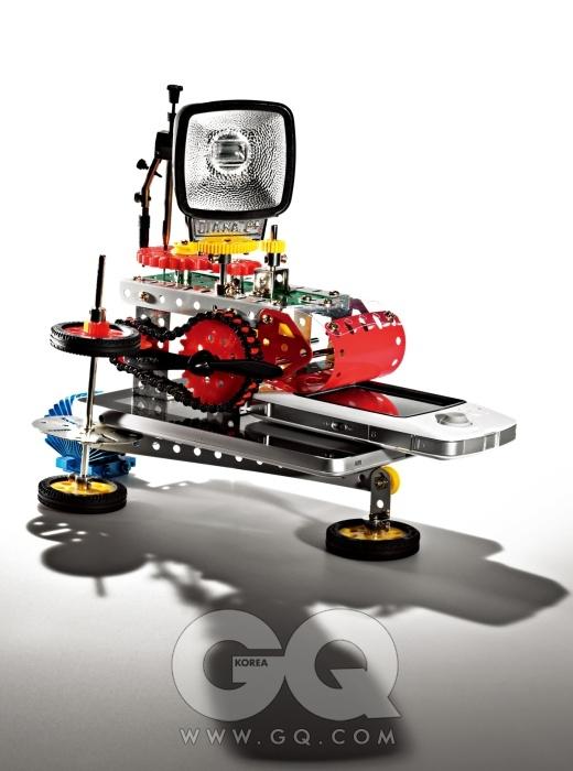 다이아나 미니 프티 느와르의 플래시로 완제품은 가격 미정, 로모그래피 코리아. 러시아제 컴퍼스 H4-11-T-02는 에디터 소장품. 에뮬 게임과 어플리케이션 게임을 즐길 수 있는 카누는 최저가 15만원대,GPH. 국내 최초 7인치 스마트패드 아이덴티티 탭은 와이브로 약정 시 무료, 엔스퍼트. 플라워 히트 싱크타입으로 디자인한 노스브리지 칩셋 쿨러ZM-NBF47은 최저가5천원대, 잘만테크.