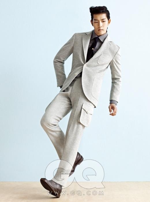 바깥 주머니가 달린 회색 수트, 데님 셔츠, 남색모 타이, 가격 미정, 모두 앤디앤뎁. 동그란 타이바 가격 미정, 제이 프레스. 밤색 윙팁 가격 미정,구찌. 시계 7백25만원, 까르띠에 발롱 블루.
