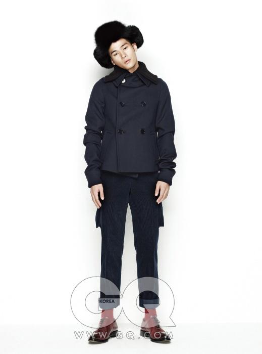 코트 가격 미정, 프라다. 코듀로이 카고 팬츠 가격 미정, 앤디앤뎁. 모자와 슈즈 가격 미정, 모두 발리.