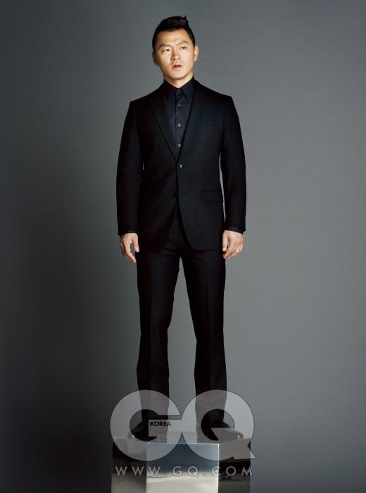 검은 울 수트와 셔츠는 띠어리, 구두는 루이비통, 모자는 에르메스.