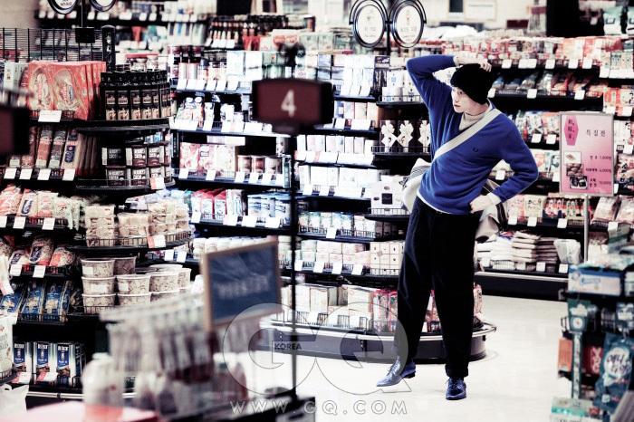 꽈배기 모양의 스웨터 1백만원대, 로로 피아나. 파란 스웨터 가격 미정, 프레드 페리. 짙은 회색 팬츠 가격 미정, YSL. 파란 페이턴트 슈즈13만9천원, 랑방 For H&M. 위크 앤드 백 가격 미정, 로로 피아나. 보라색 비니 가격 미정, 루이 비통.