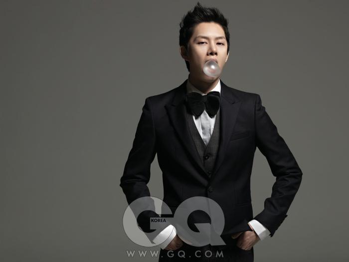 흰색 셔츠는 H&M, 회색 조끼는 앤.헐리우드 by 무이, 검정색 재킷은 시스템 옴므, 보타이는 스타일리스트 소장품.
