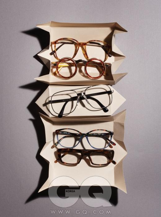 GLASSES 위부터) 프레임이 가장 큰 안경 가격 미정, 제이미 앤 벨. 동그란 프레임의 안경 32만원, IDC 빈티지 프리미엄 by 웨이브. 스틸 소재 안경 24만5천원, 데어. 두 가지 색이 섞인 1970년대 안경 24만원, 홀릭스. 표범 무늬 빈티지 안경 30만원대, BJ 클래식.