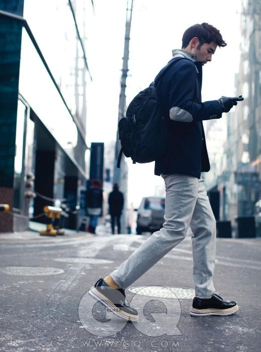 남색 울 재킷 79만5천원, L.B.M. by 샌프란시스코 마켓. 회색 팬츠 가격 미정, 질 샌더. 나일론 백팩과 구두 가격 미정, 모두 프라다. 가죽 장갑 가격 미정, 알프레드 던힐.