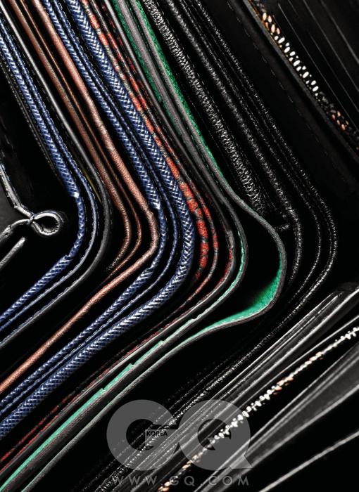 Purse왼쪽부터) 머니 클립 가격 미정, 구찌. 빳빳한 소재 가죽 지갑 40만원대, 프라다. 로고가 새겨진 지갑 가격 미정, 구찌. 남색 지갑 40만원대, 프라다. 갈라진 화석 무늬 빨간색 지갑 38만원, 보테가 베네타. 상큼한 초록색 지갑 가격 미정, 에르메스. 동전 지갑이 달린 지갑 83만원, YSL. 직사각형 지갑 83만원, 고야드. 매끈한 가죽의 장지갑 가격 미정, 디올 옴므.