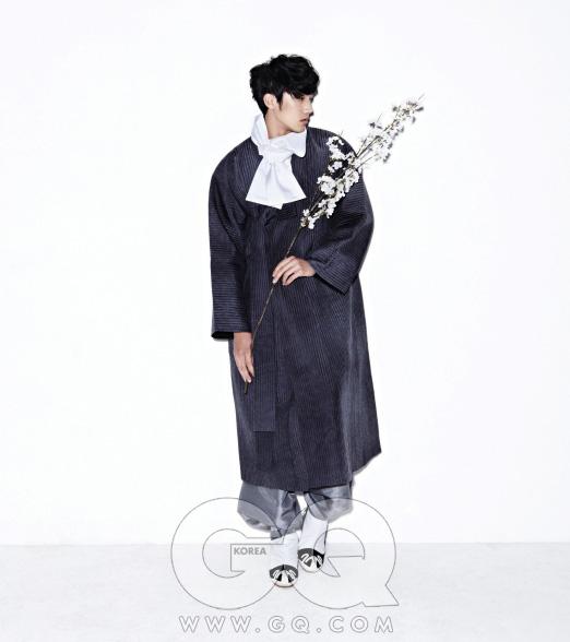 누빔 두루마기와 회색 바지, 목도리 모두 전통 한복 김영석. 버선과 갖신 한복 린.