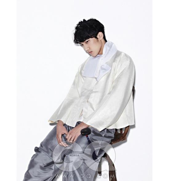소색 수직 양견 저고리와 명주 조끼, 옥단추가 달린 마고자, 목도리, 장신구 모두 전통 한복 김영석.