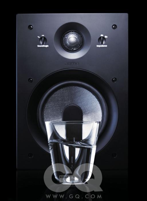 설치형 스피커 IW607은 1조에 45만원, 야모. 소다 유리로 만든 투명 컵 오운 글라스는 2만7천원, 그라프 by 오벌.