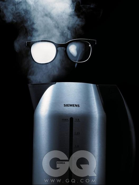 무선 전기 주전자 TW911P2는 최저가 35만원대, 포르쉐 디자인 by 지멘스. 검은색 뿔테 안경은 30만원대, 엠마뉴엘 칸 by 삼천리 안경.