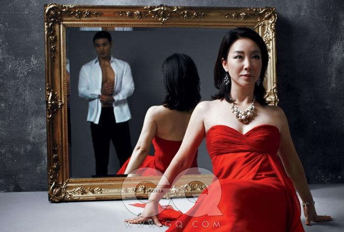빨간색 드레스는 로베르토 까발리, 귀고리는 러브캣, 목걸이는 케이트 앤 켈리. 남자 모델이 입은 흰색 턱시도 셔츠, 검정색 바지는 브리오니.
