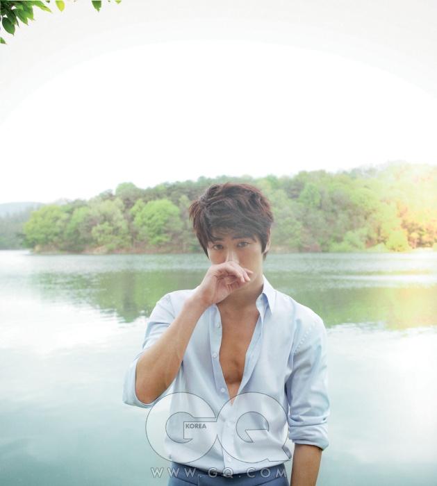 하늘색 셔츠와 파란색 팬츠 가격 미정, 김서룡 옴므.