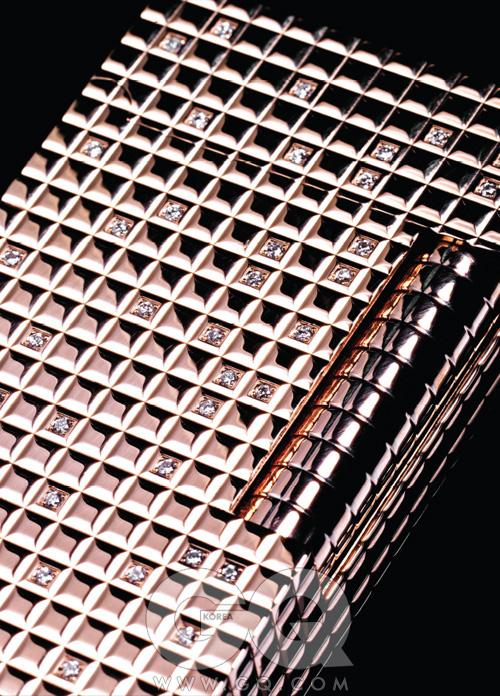 ₩ 72,000,000 로즈 핑크 골드와 93개의 1.03 캐럿 다이아몬드를 세공해서 만든 라이터. 샴페인 로즈란 이름은 또 얼마나 로맨틱한지. 7천2백만원, S.T. 듀퐁.