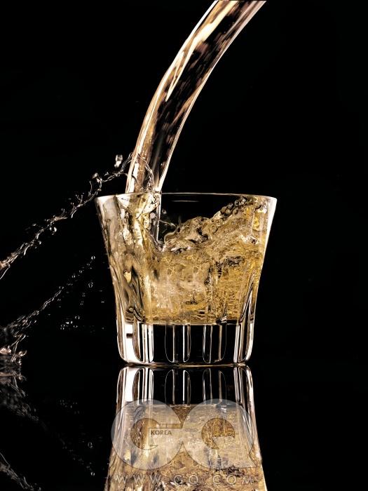 갈색 액체는 유기농 스피어민트, 베티버, 라벤더, 시트러스의 에센셜 오일 성분이 함유된 맨 퓨어 포먼스 아로마 스프레이 8만원(50ml), 아베다. 에트나 텀블러 14만9천원(2개), 바카라.