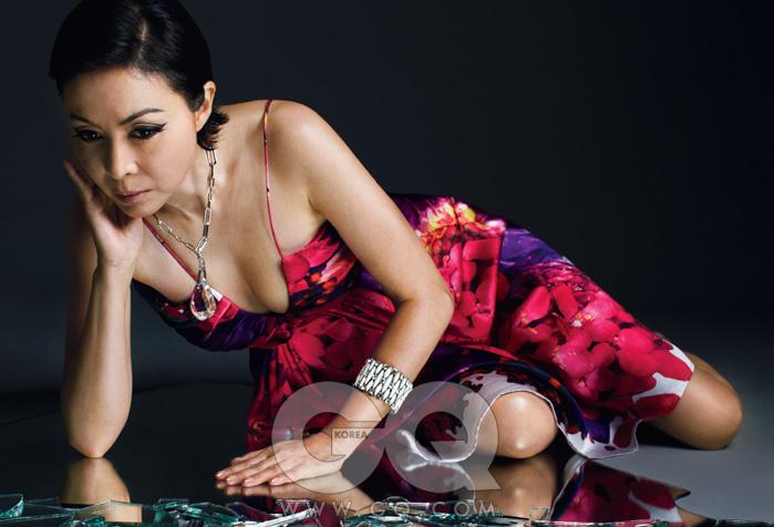 꽃무늬 드레스는 로베르토 까발리, 목걸이는 스와로브스키, 반지는 모두 엠주.