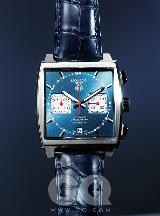 백케이스를 통해 무브먼트를 들여다볼 수 있는 시계 모나코 크로노그래프 가격 미정, 태그호이어.