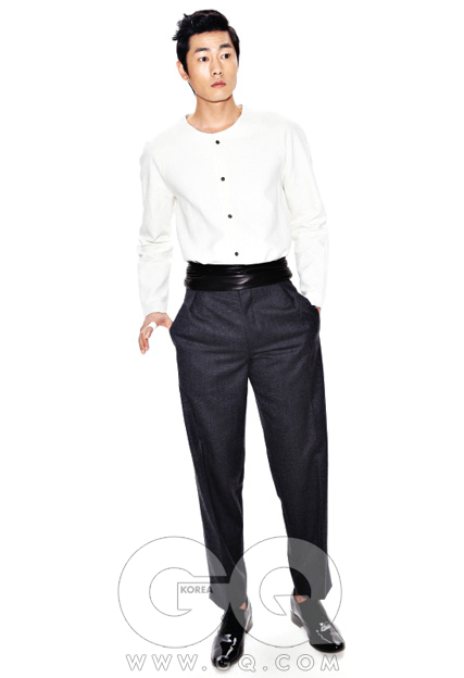 퀼팅된 흰색 셔츠, 그라운드 웨이브. 하이 웨이스트 팬츠, 비욘드 클로젯. 가죽 벨트, 송지오 옴므. 페이턴트 슈즈, 알라니.