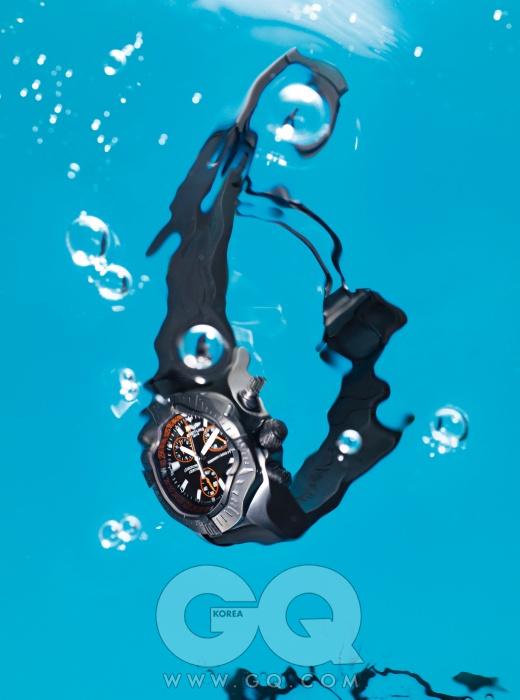 1천 미터 깊이에서도 끄떡없는 시계 '어벤저 시울프 크로노 코드 오렌지' 7백만원대, 브라이틀링.