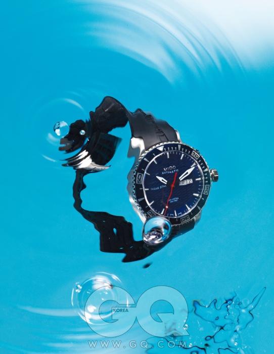 청량한 파란색 프레임의 방수 시계 '오션 스타 캡틴' 1백30만원, 미도.