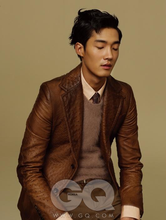 Gucci 연분홍색 셔츠와 폭이 좁은 타이, 앙고라 니트, 타조 가죽 재킷, 밤색 팬츠와 가죽 벨트, 모두 구찌.