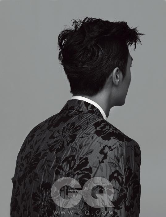 Dolce&Gabbana 화려한 패턴의 실크 재킷과 화이트 셔츠, 모두 돌체&가바나.*화보의 모든 의상과 액세서리는 2011 F/W 컬렉션 샘플로, 아직 가격이 책정되지 않았습니다.