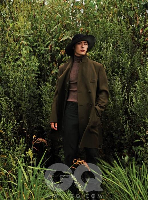 풍성한 더블 브레스티드 코트, 에르메스. 연보라색 터틀넥 니트, 구찌. 암녹색 팬츠, 알라니.