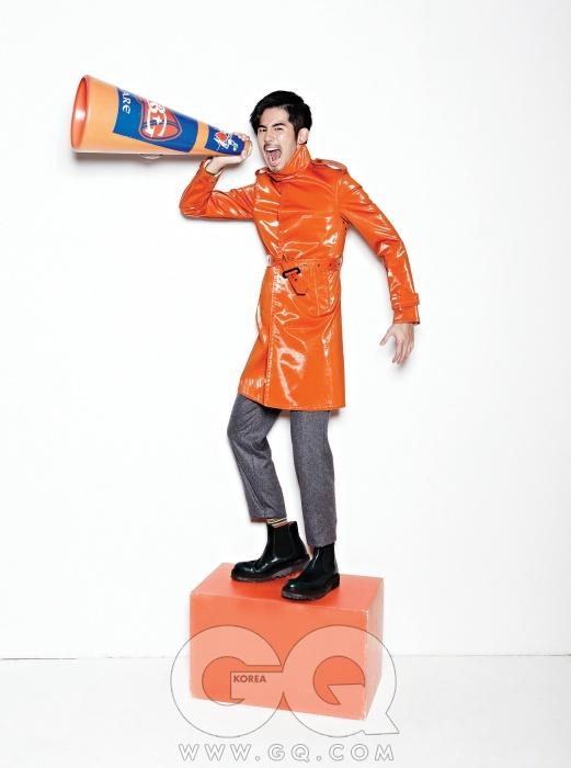 반짝이는 오렌지색 코트 가격 미정, 버버리 프로섬. 회색 팬츠 가격 미정, 에르메스. 부츠 가격 미정, YSL.