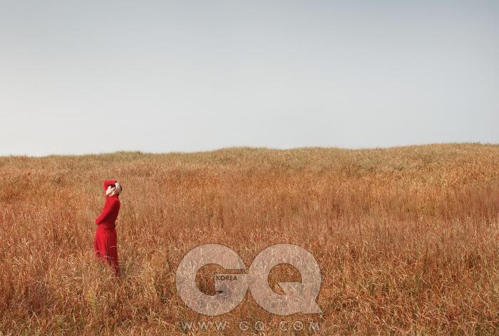 선연한 붉은색 터틀넥 니트, 팬츠, 모두 디올 옴므.
