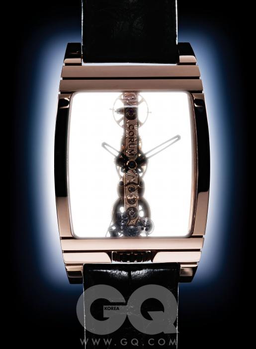 시계 속 1백40여 가지 부품을 일렬로 배열한 골든 브리지 로즈 골드 3천7백70만원, 코룸.