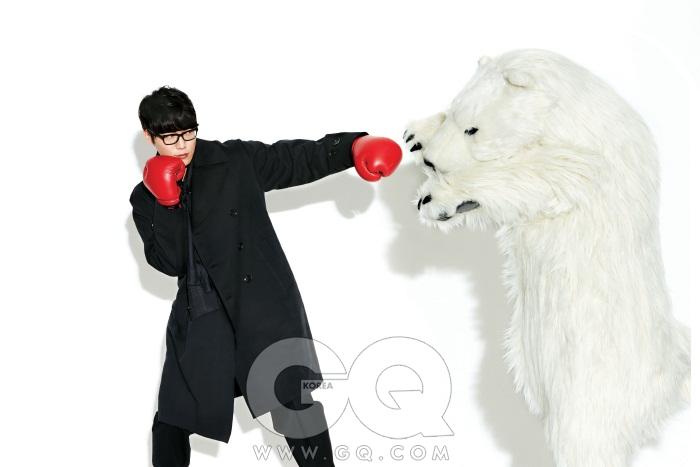 스타일리스트/ 김봉법 헤어/ 임정아(레드카펫) 메이크업/ 장유진(레드카펫) 검정색 트렌치 코트, 티셔츠, 바지는 모두 Z.제냐, 북극곰 인형은