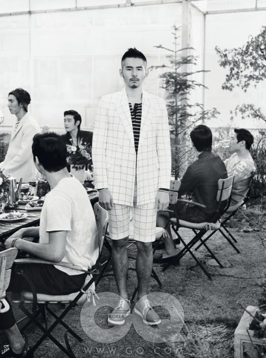 체크 수트, 김서룡 옴므. 줄무늬 티셔츠, 유즈드 퓨처. 구두, 제너럴 아이디어.