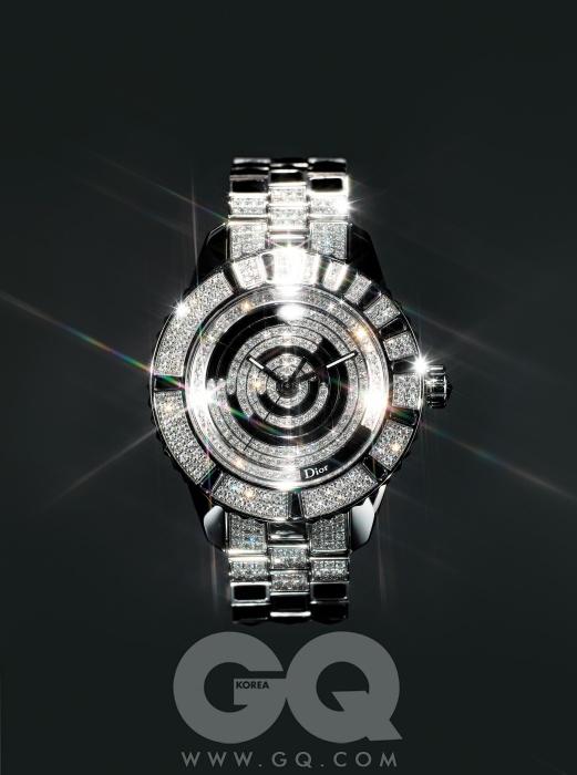 다이얼과 베젤, 스트랩에까지 다이아몬드를 장식한 시계 '디올 크리스탈' 1천9백50만원, 디올.