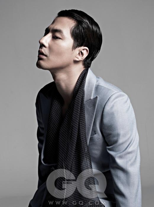 하늘색 리넨 재킷 1백60만원, 김서룡 옴므. 마이크로 도트 실크 머플러, 이브 생 로랑 빈티지 제품으로 에디터의 것.