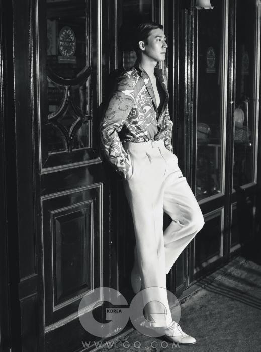 셔츠처럼 입은 얇은 실크 재킷 가격 미정, 에트로. 흰색 리넨 와이드 팬츠 38만5천원, 김서룡 옴므. 흰색 페이턴트 구두 가격 미정, 모스키노.