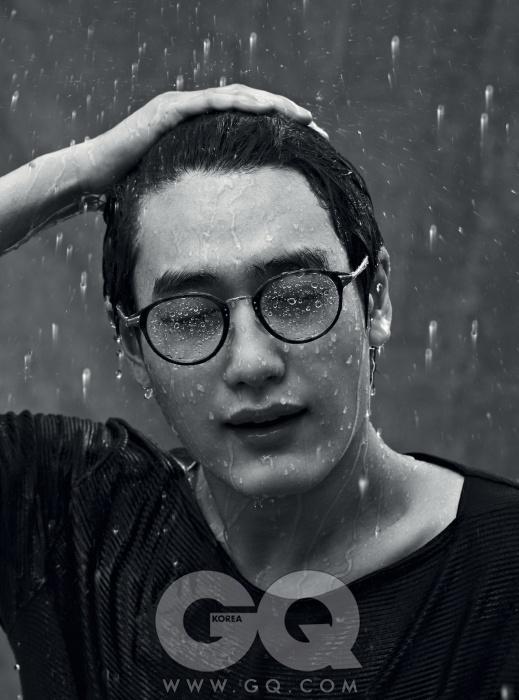 안경 가격 미정, 에르메네질도 제냐 by 세원 ITC. 보트넥 티셔츠 가격 미정, 루이 비통.