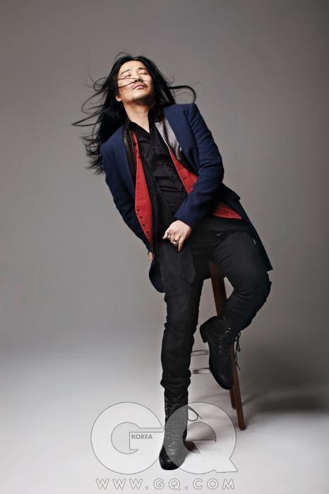 의상 협찬/ 재킷과 베스트, 블랙 팬츠 모두 길 옴므, 신발은 앤 드뮐미스터.