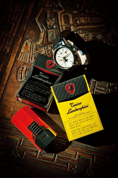 여행의 빼놓을 수 없는 동반자인 토니노 람보르기니 담배. 시계는 '나만의 시간'을 위한 필수품이고, 라이터는 강렬한 에너지를 상징하기 때문에 늘 간직하고 다닌다고.