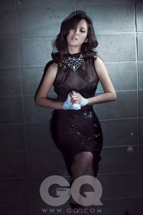 의상 협찬/ 검정색 드레스는 이상봉 컬렉션, 목걸이는 스와로브스키, 검정색 하이힐은 레페토.