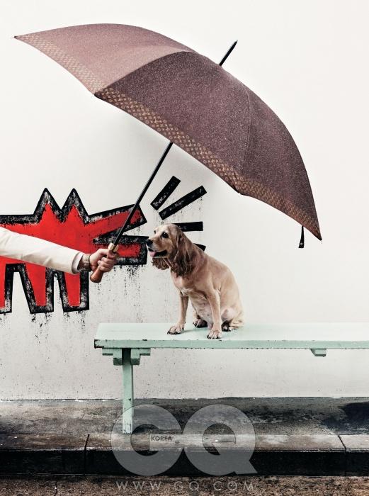 PUPPY고동색 가죽 손잡이 우산 가격 미정, 루이 비통. 아이보리색 리넨 재킷 가격 미정, H&M. 셔츠 20만원대, 이스트하버 서플러스 by 샌프란시스코 마켓. 시계 83만원, 해밀턴.