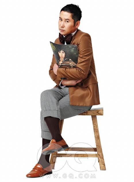 의상 협찬/ 재킷은 존 화이트, 셔츠는 보스 블랙, 녹색 브이넥 니트는 이브 생 로랑 by 분더샵 맨, 체크무늬 팬츠는 꼼 데 가르송 옴므 플러스, 오렌지색 포켓치프는 테루티 by 존 화이트, 에나멜 로퍼는 레페토, 양말과 보타이는 스타일리스트의 것.