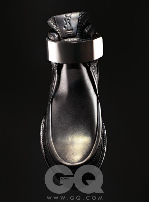 Yves Saint Laurent 발목에 메탈 장식을 더한 검정색 아웃로 부츠 가격 미정, YSL.