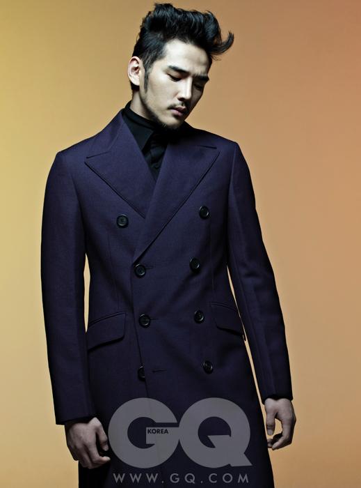 보라색 더블 브레스티드 코트, 검정 셔츠와 터틀넥 가격 미정, 모두 프라다.