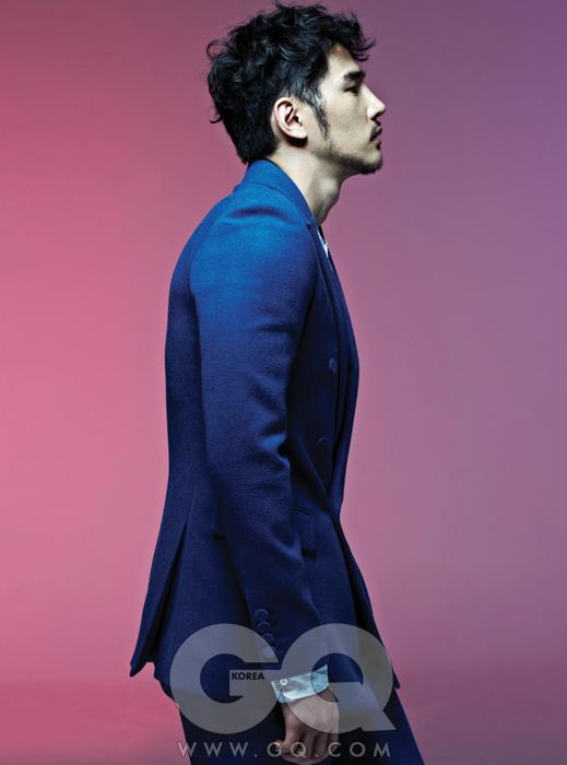파란색 수트 1백95만8천원, 김서룡 옴므. 줄무늬 밴드 칼라 셔츠 가격 미정, 구찌.